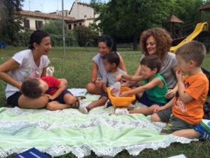 Gruppo di bambini nel parco con le loro educatrici.