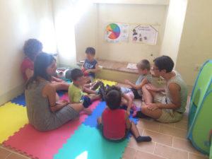 Gruppo di bambini insieme alle loro educatrici.